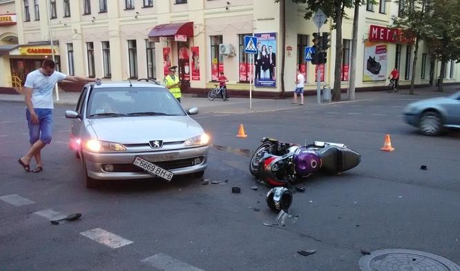 место столкновения мотоцикла Suzuki и автомобиля Пежо