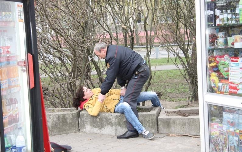 Подравшуюся с милиционером бобруйчанку освободили