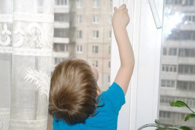 Семилетний ребенок выпал из окна пятого этажа в Западном микрорайоне Бобруйска
