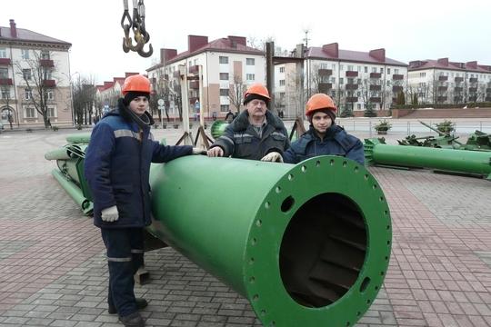 На главной бобруйской площади приступили к установке 30-метровой елки