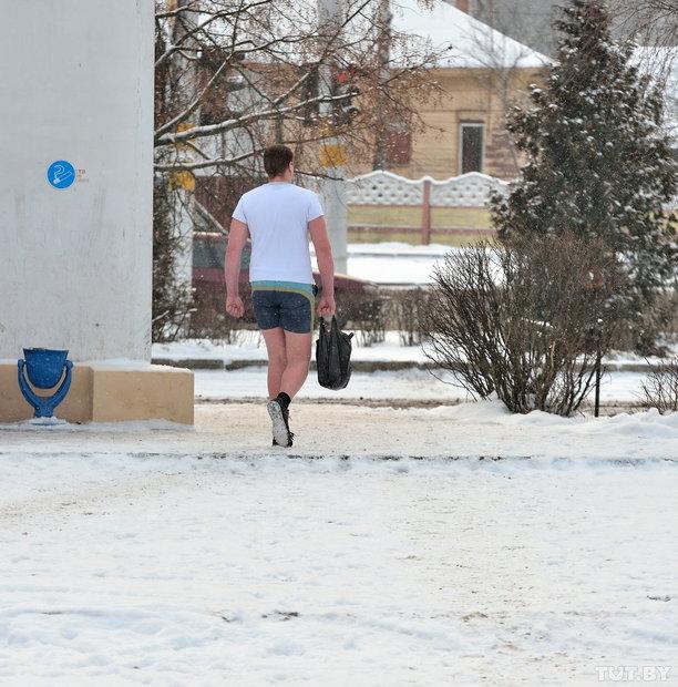 Бобруйчанин Семен запросто ходит на работу в летней одежде не взирая на крепкие январские морозы