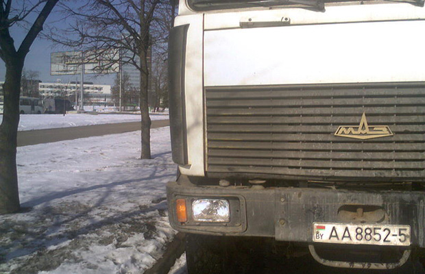 Бобруйский хулиган разбил фары МАЗу принадлежащему коммунальным службам