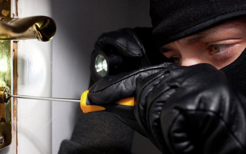 Ночью в Бобруйске преступники проникли в дом, связав и избив пенсионеров совершили его ограбление