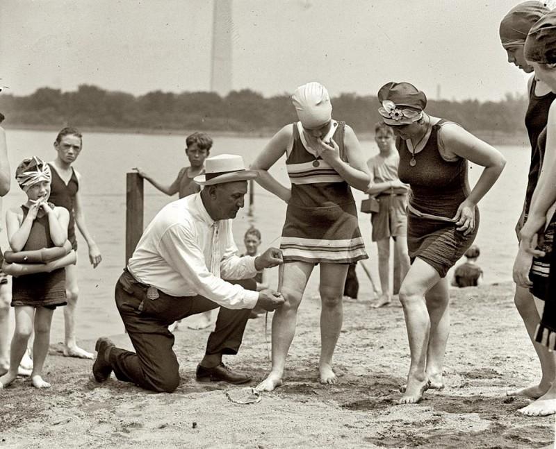 Как отдыхали на пляже 100 лет назад