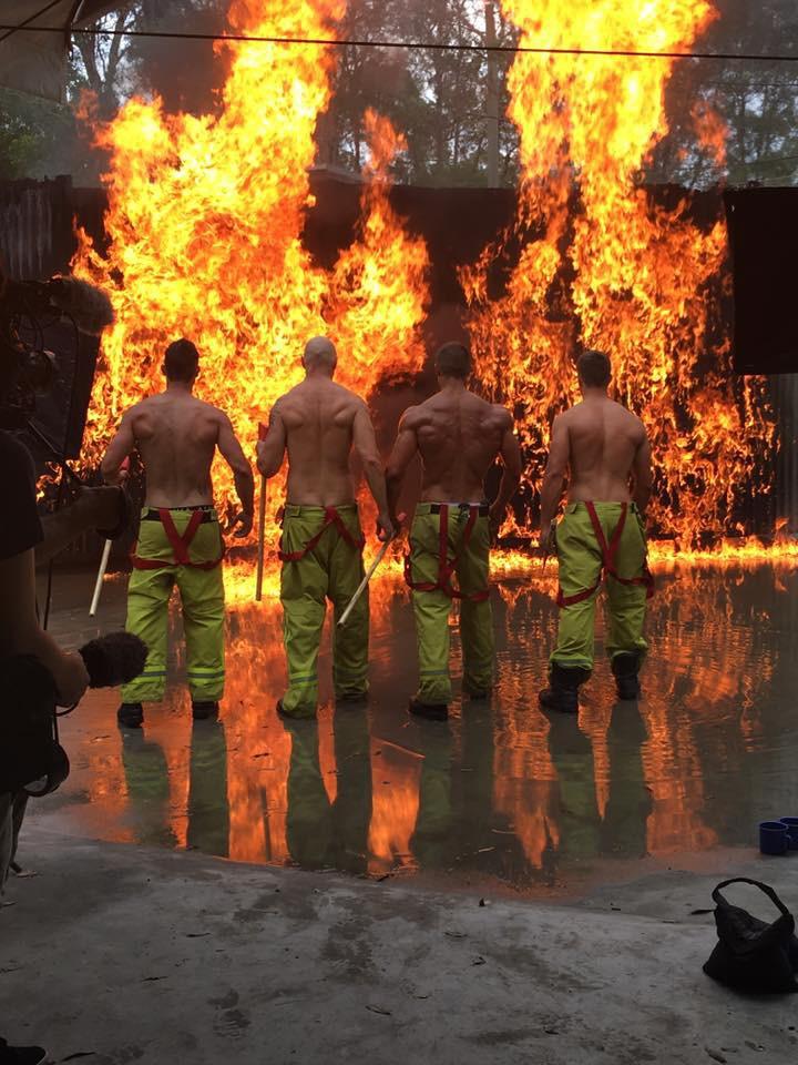 Австралийские пожарные разделись для благотворительного календаря