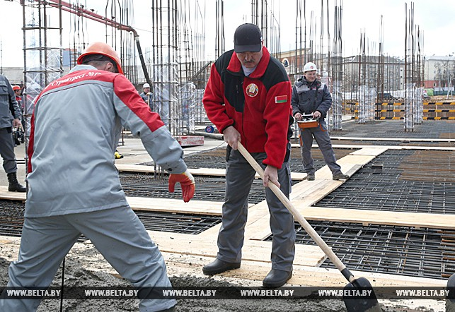 В ходе республиканского субботника, президент принял участие в строительстве стадиона
