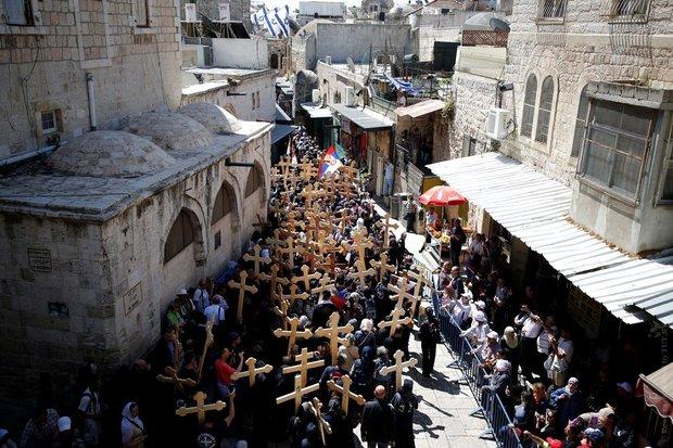 Тысячи паломников собираются у храма Гроба Господня в Иерусалиме