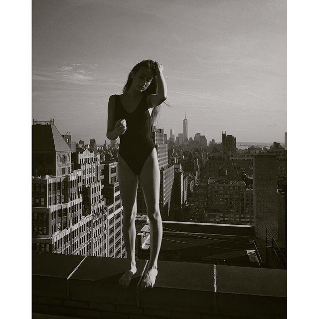 Красотки позируют на краю крыши небоскреба
