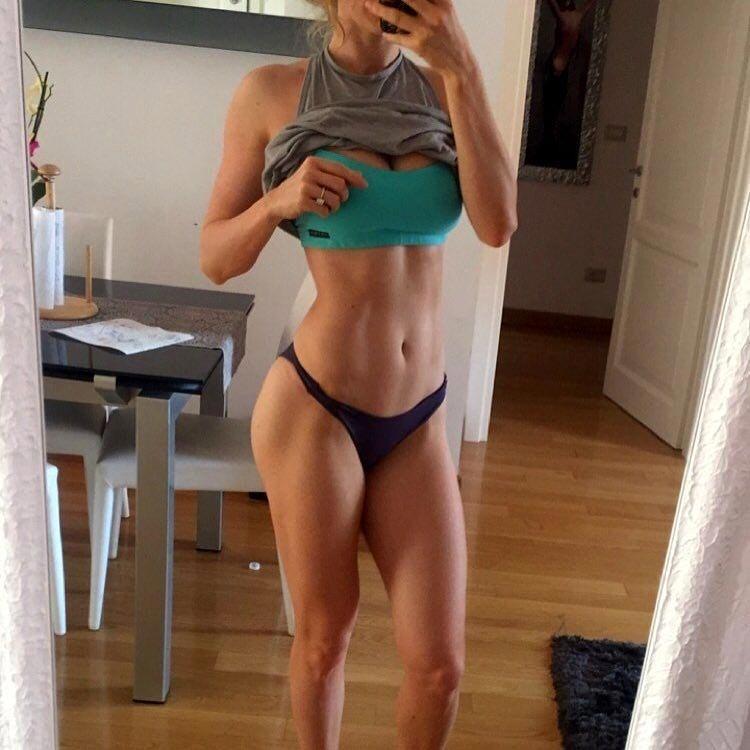 Фитнес-блогер опубликовала фото 'реального тела', доказав, что идеальных фигур не бывает