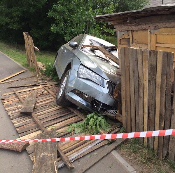 В Бобруйске Skoda насмерть сбила велосипедиста, протаранила забор и хозпостройку