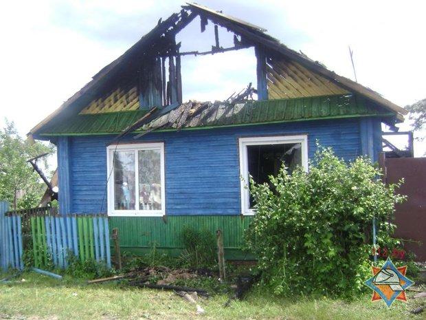 В Кировском районе сосед вытащил из горящего дома двух спящих школьниц. Они были одни