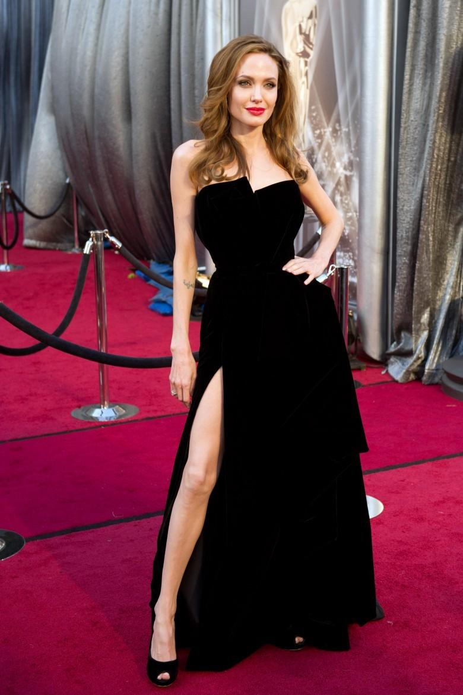 15 самых скандальных платьев знаменитостей с церемоний награждения
