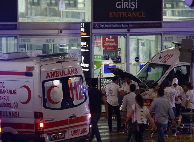 При взрывах в аэропорту Стамбула погибли 36 человек. Теракты совершили 3 смертника