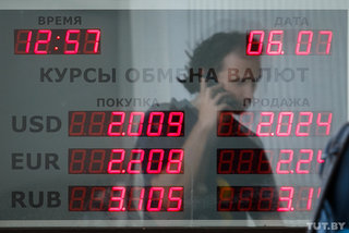 В июне белорусы увеличили покупку наличной валюты на треть