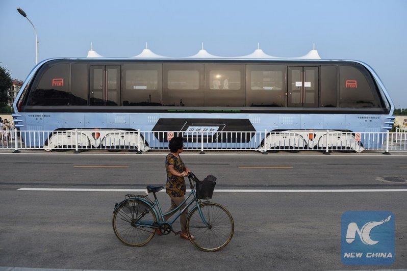 В Китае прошел испытания невероятный наддорожный автобус
