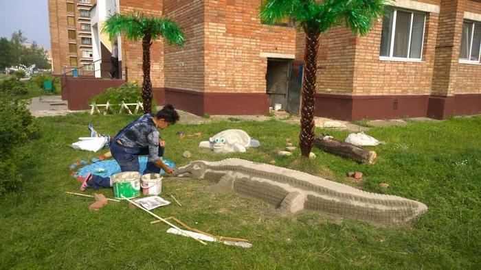 Во дворе бобруйского общежития поселились сказочная черепаха, крокодил и аисты