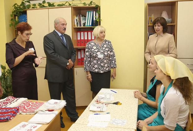 Лукашенко: зарплату педагогам надо увеличить хотя бы на четверть