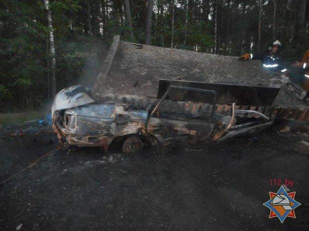 В Бобруйском районе VW врезался в остановку и загорелся: водителя спасти не удалось