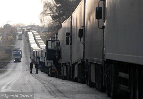На белорусско-польской границе второй день сохраняются очереди