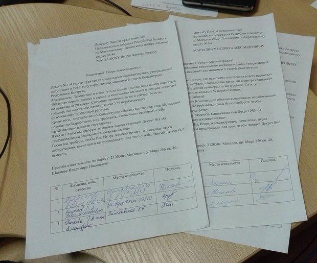В Могилеве депутату передали первые 60 подписей граждан против налога на тунеядство