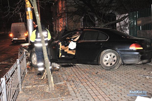 Водителя BMW в Бобруйске остановил только столб и наручники