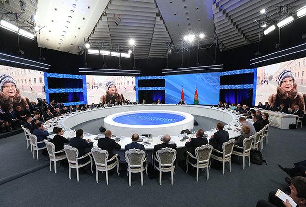 Разговор с президентом: Лукашенко более семи часов общался с журналистами и экспертами