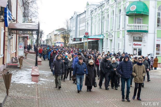 Призывы к Богу, людям и чиновникам. В Могилеве около 400 человек вышли на акцию нетунеядцев