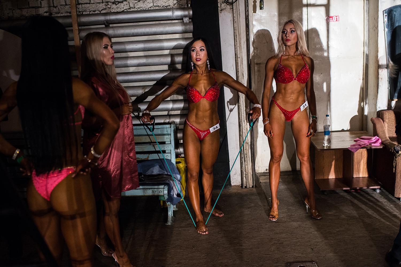 девушки в бикини со стразами