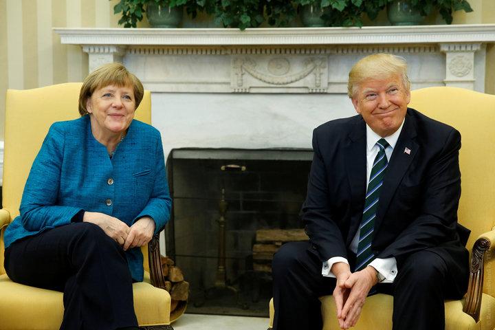 Президент США Дональд Трамп вручил канцлеру ФРГ Ангеле Меркель счет