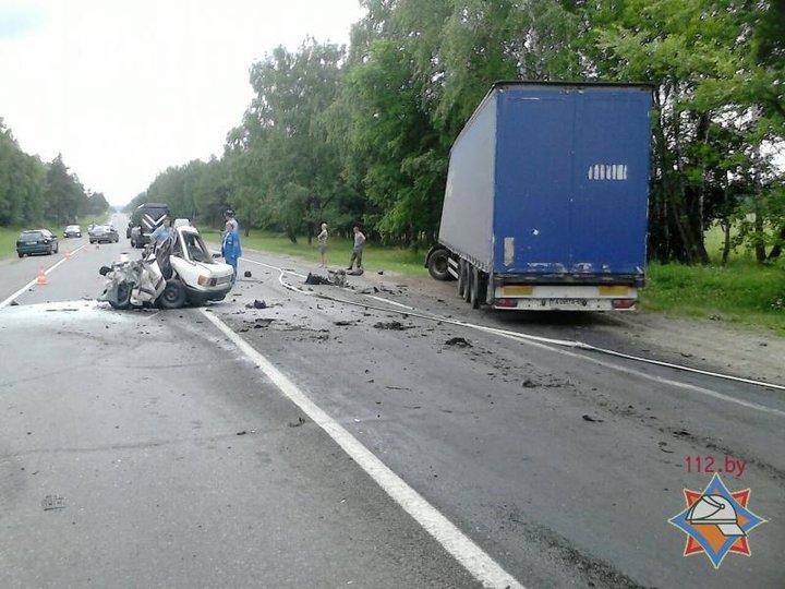 Под Могилевом Audi после столкновения с фурой превратился в груду металла: водитель легковушки погиб