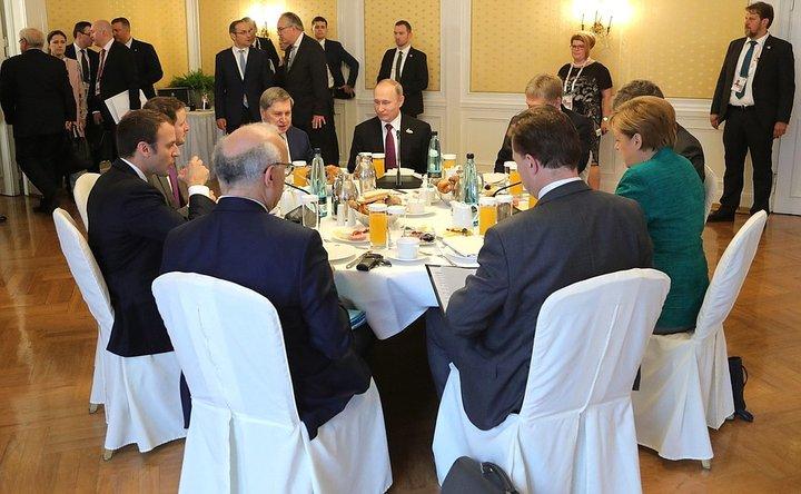 Меркель, Макрон и Путин вместе позавтракали и обсудили ситуацию в Украине