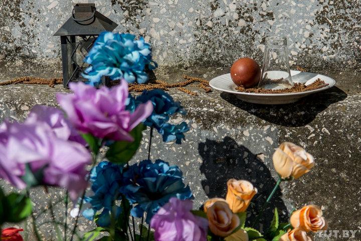Супруги из Могилева воровали на кладбище цветы и перепродавали их