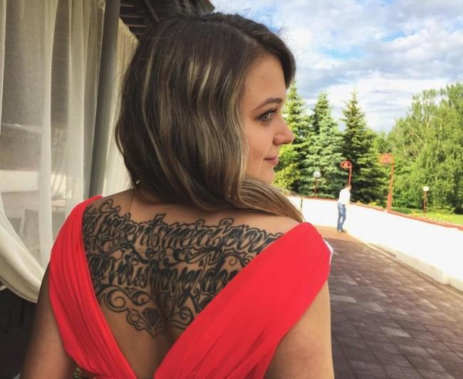 Девушки модельной внешности с татуировками