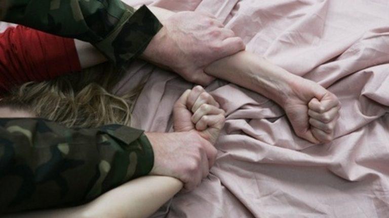 обвиняют в изнасиловании старшей падчерицы