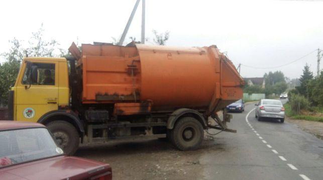 Под Минском пьяный водитель грузовика врезался в мусоровоз и скрылся с места ДТП