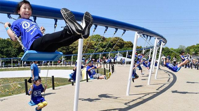 В Японии установили самые длинные в мире качели
