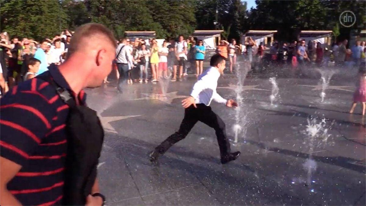 Зеленскому в Мариуполе пришлось уходить от толпы через фонтан
