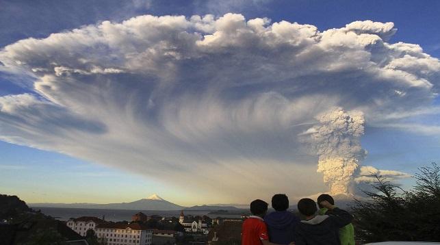 Авиакомпании Японии изменили маршруты полетов из-за извержения вулкана на Курилах