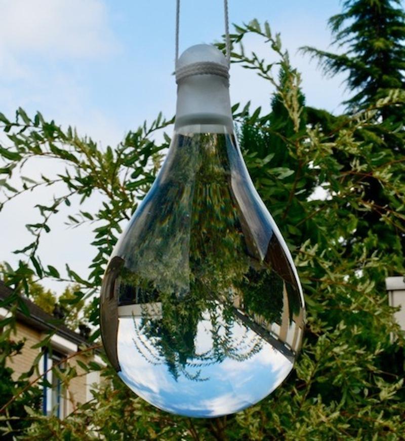 Пакеты с водой, висящие над крыльцом, - отличное средство от насекомых: как это работает