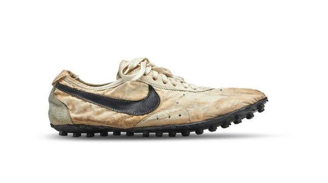 На аукцион Sotheby's впервые выставили раритетные кроссовки