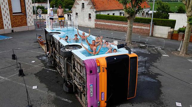ФОТОФАКТ: Во Франции открылся бассейн… в автобусе