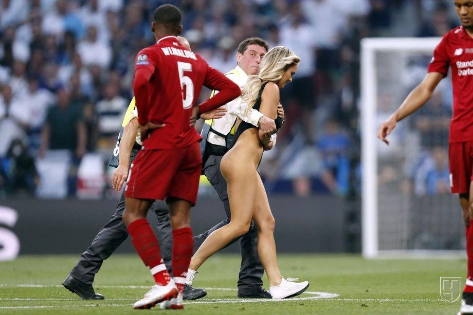 Кинси Волански выбежала на поле в финале футбольной Лиги чемпионов