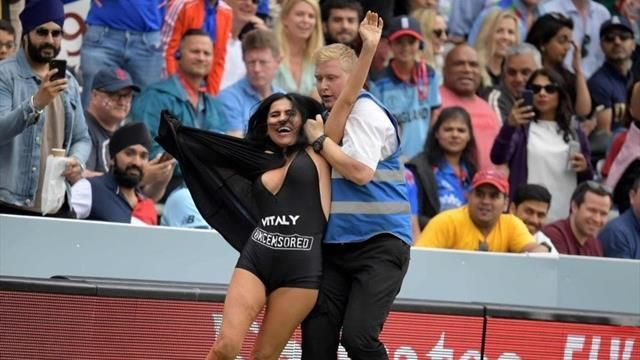 Елена Здоровецкая выбежала на поле во время финала чемпионата мира по крикету в Лондоне