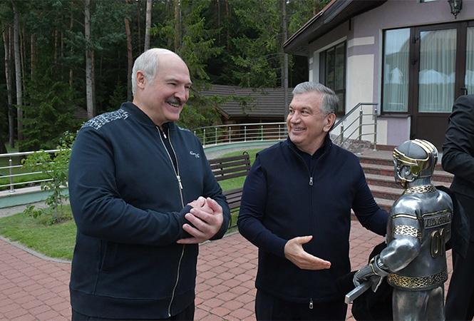 Лукашенко подарили статую Лукашенко-хоккеиста в золоте: внутри совместное фото с Колей