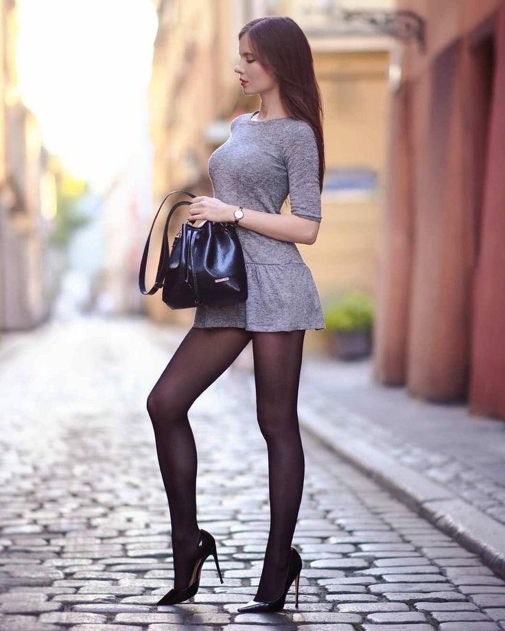 девушки в коротких юбках и чулках были