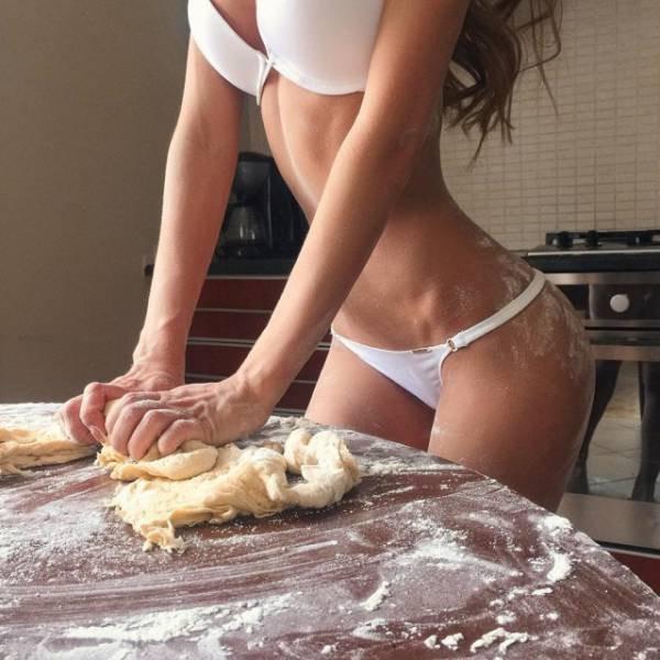 Девушки в сексуальных нарядах и нижнем белье на кухне (47 фото)