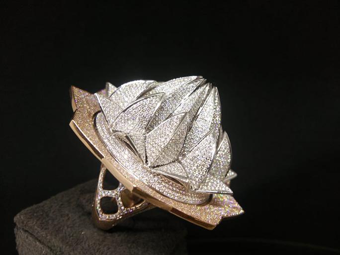 Стоимость — 4,9 млн долларов. Как выглядит кольцо с 7777 бриллиантами