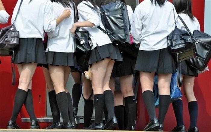 в России, Беларуси и Японии школьницы носят ультракороткие юбки