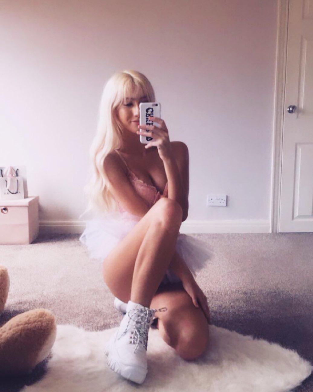 Кассирша Элли Мэй из супермаркета начала выкладывать пошлые фото в сеть
