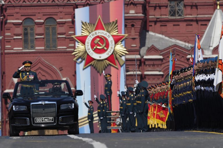 Путин поручил начать подготовку к военному параду в честь 75-летия Победы